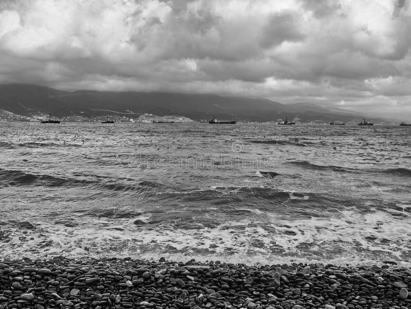 Scenisk sikt av pråm som svävar längs Blacket Sea i bakgrunden av kullarna arkivbilder