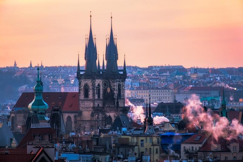 Scenisk sikt av Prague gammal stadcityscape på soluppgång, tjeckiska Repub royaltyfri bild