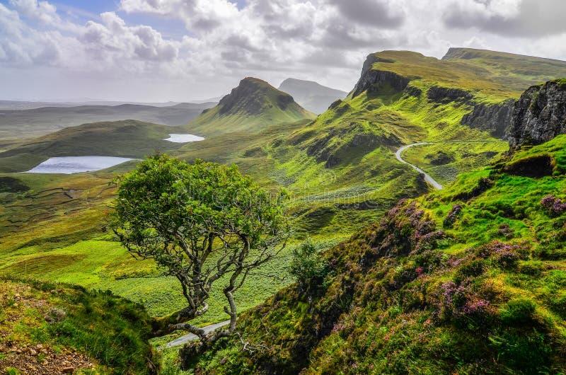 Scenisk sikt av Quiraing berg i ön av Skye, hög skotte royaltyfri bild