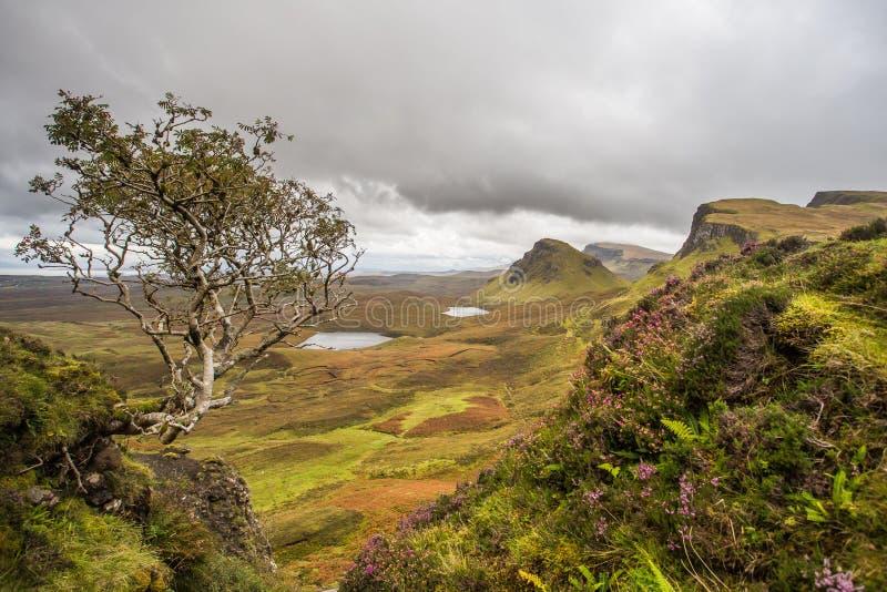 Scenisk sikt av Quiraing berg i ön av Skye, hög skotte arkivfoto