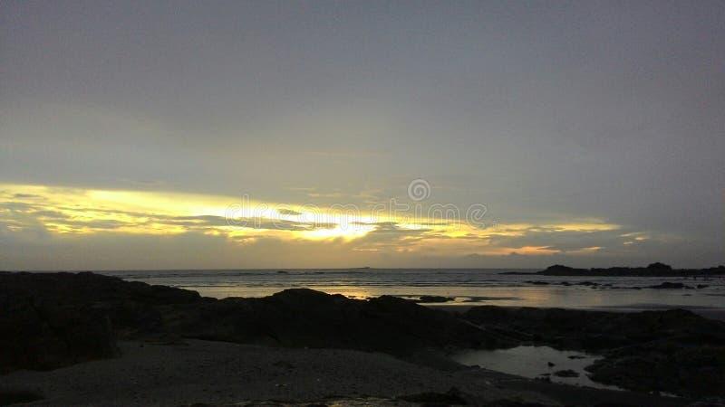 Scenisk sikt av stranden under solnedgång royaltyfria bilder