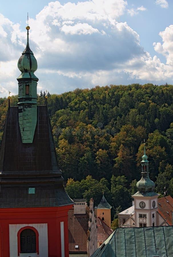 Scenisk sikt av taken av den forntida staden Loket Det Klocka tornet av kyrkan av St Wenceslas i Loket och stadshuset står högt m royaltyfri bild