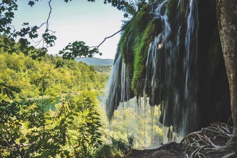 Scenisk sikt av vattenfall i Plitvice sjönationalparken, Kroatien fotografering för bildbyråer