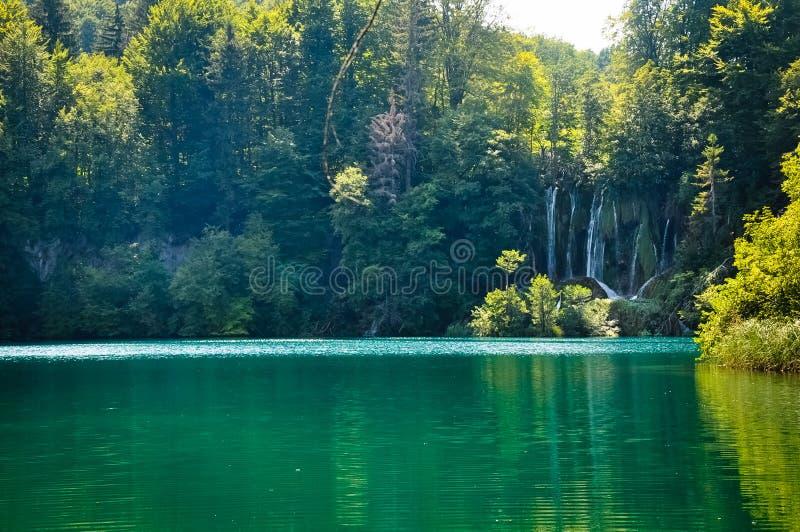 Scenisk sikt av vattenfall i Plitvice sj?nationalparken, Kroatien arkivfoton