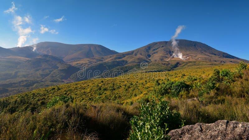 Scenisk sikt av vulkaniska berg längs Tongariro den alpina korsningen, Nya Zeeland royaltyfri fotografi