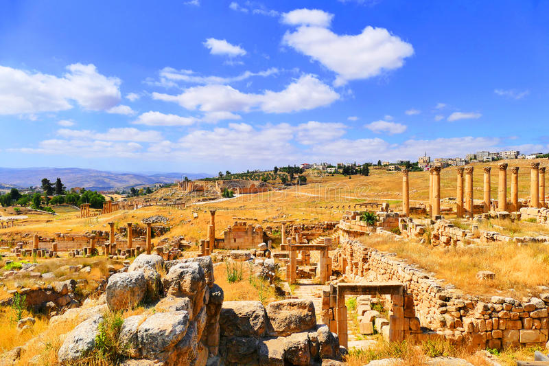 Scenisk sikt forntida Roman Archaeological Ruins för härligt landskap i den historiska Roman City av Gerasa i Jerash, Jordanien arkivbilder