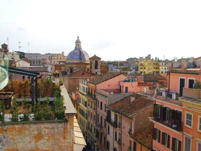 Scenisk sikt från taköverkanten till de forntida byggnaderna i Rome, Italien arkivfoton