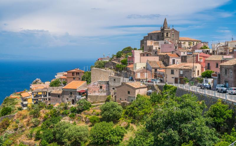 Scenisk sikt i Forza D `-Agrà ², pittoresk stad i landskapet av Messina, Sicilien, sydliga Italien royaltyfria bilder