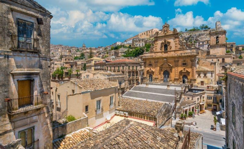 Scenisk sikt i Modica med domkyrkan av San Pietro och duomoen av San Giorgio i bakgrunden Sicilien sydliga Italien arkivfoton