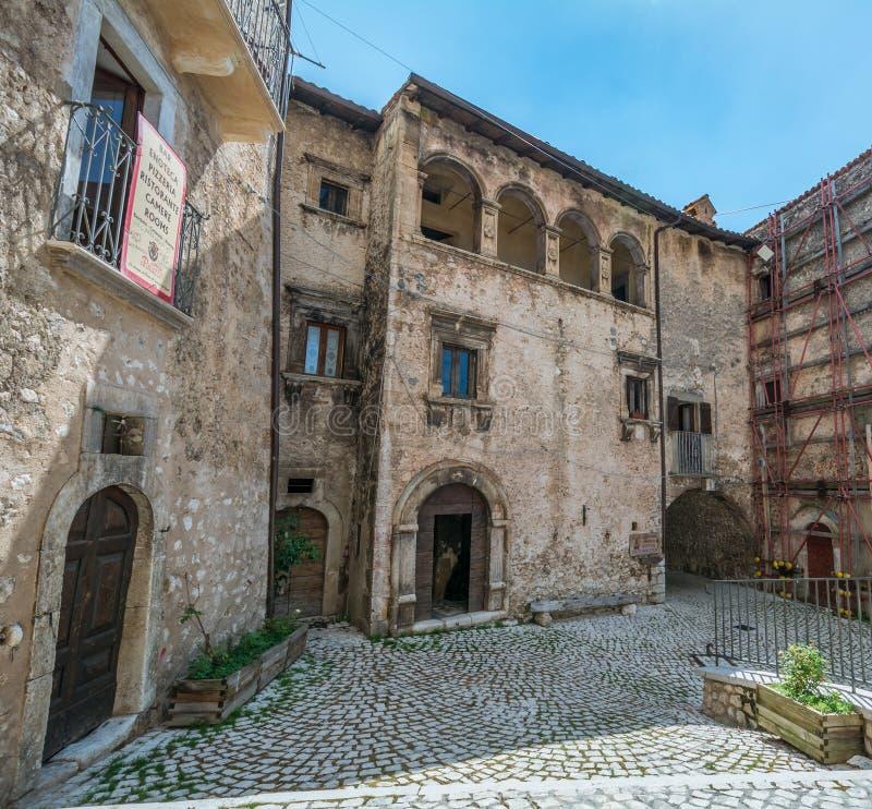 Scenisk sikt i Santo Stefano di Sessanio, landskap av L ` Aquila, Abruzzo, centrala Italien royaltyfria bilder
