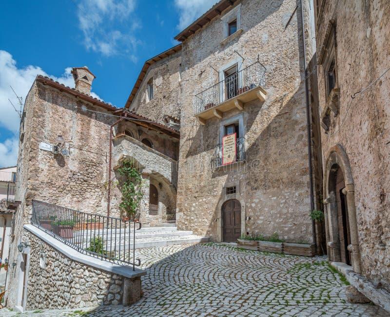 Scenisk sikt i Santo Stefano di Sessanio, landskap av L ` Aquila, Abruzzo, centrala Italien fotografering för bildbyråer