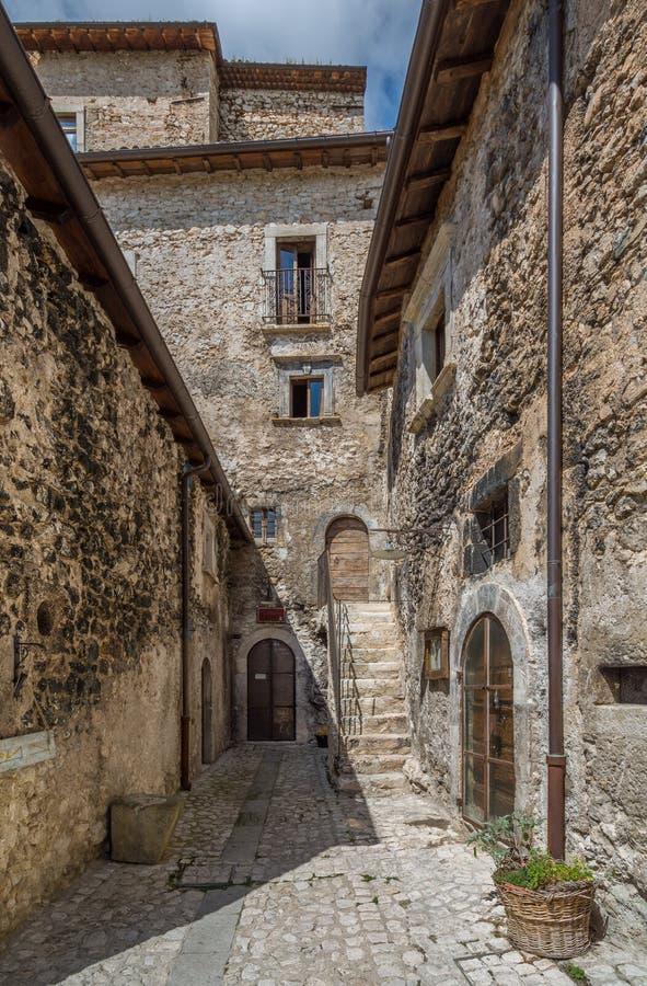 Scenisk sikt i Santo Stefano di Sessanio, landskap av L ` Aquila, Abruzzo, centrala Italien royaltyfri foto