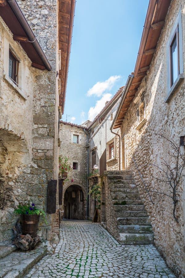 Scenisk sikt i Santo Stefano di Sessanio, landskap av L ` Aquila, Abruzzo, centrala Italien royaltyfri fotografi