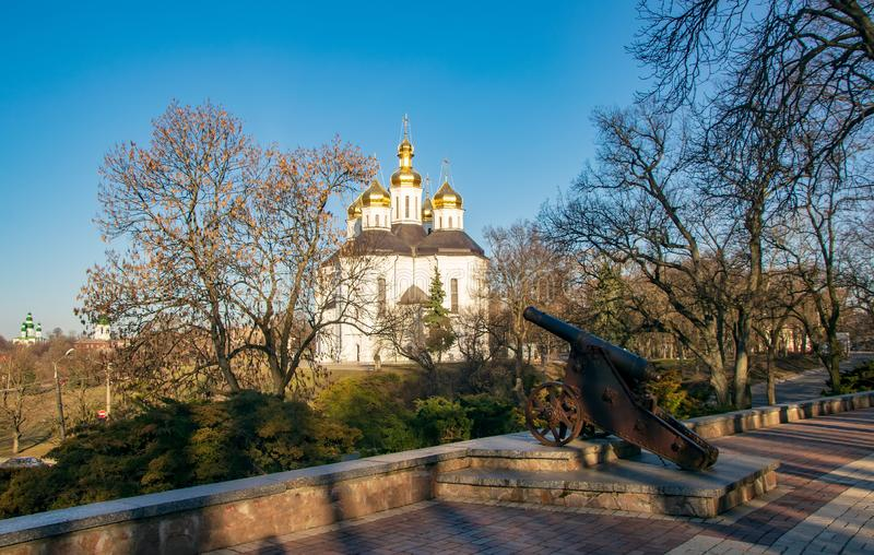 Scenisk sikt med den gamla kanonen och kyrkan av St Catherine i historisk mitt av Chernihiv, Ukraina arkivbilder