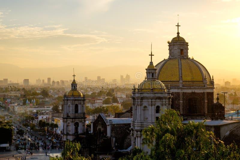 Scenisk sikt på basilikan av Guadalupe med Mexico - stadshorisont arkivfoto