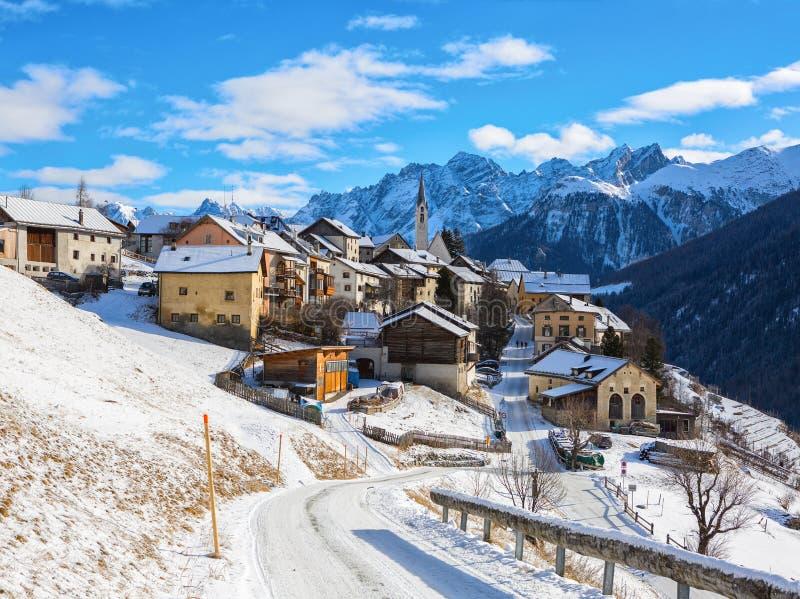 Scenisk sikt på den Guarda byn på en härlig solig dag i vintern, lägre Engadine, Graubunden, Schweiz royaltyfri fotografi