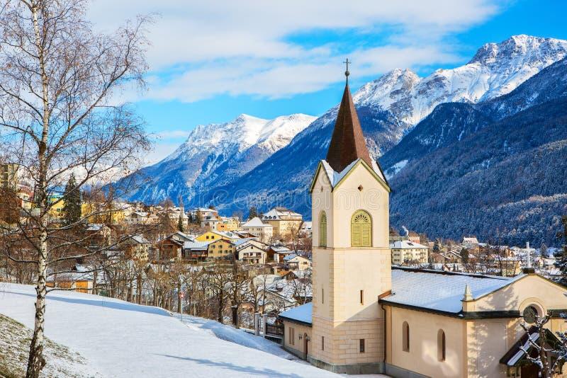 Scenisk sikt på den Scuol byn och dalen på en solig vinterdag, lägre Engadine, Schweiz royaltyfri bild