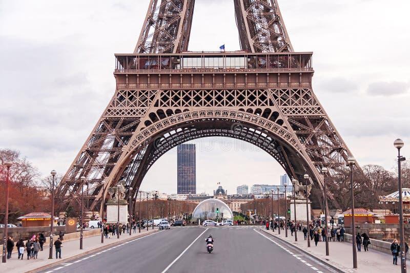 Scenisk sikt på Eiffeltorn i vinterdagen royaltyfria bilder