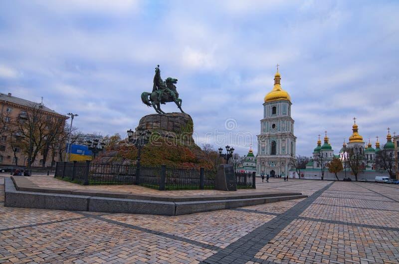 Scenisk sikt på för Sophia för för HetmanBohdan Khmelnitsky monument och helgon domkyrka ` s på Sofia Square, Kyiv, Ukraina royaltyfria foton