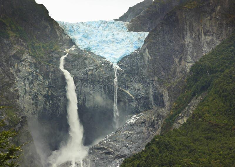 Scenisk sikt på glaciärventisquerocalgante med vattenfallet, chilensk patagonia arkivbilder