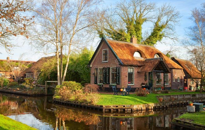 Scenisk sikt på kanalen i Giethoorn på en solig morgon, Nederländerna arkivfoton