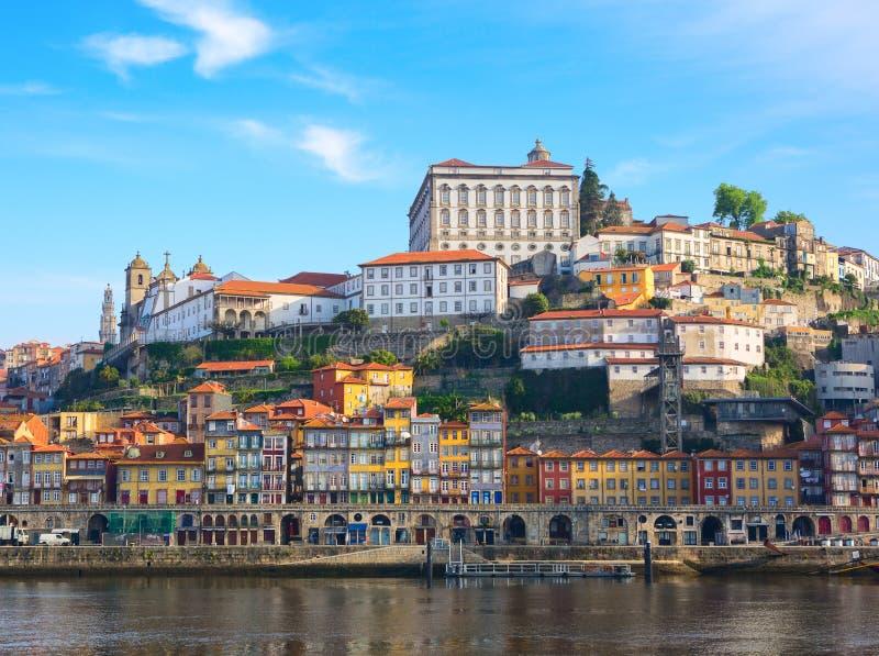 Scenisk sikt p? den historiska delen av Porto och den Douro floden i solig v?rmorgon, Portugal arkivbilder