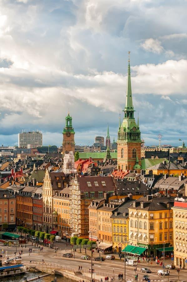Scenisk sikt till stan tak av Gamla och den tyska kyrkan av Stockholm, Sverige royaltyfri bild