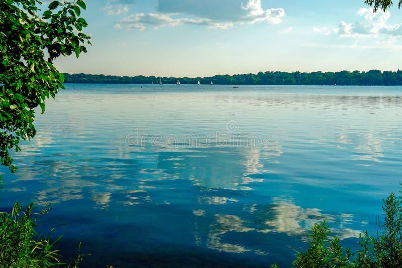 Scenisk sjö Harriet i Minneapolis, Minnesota på en solig sommareftermiddag arkivbild