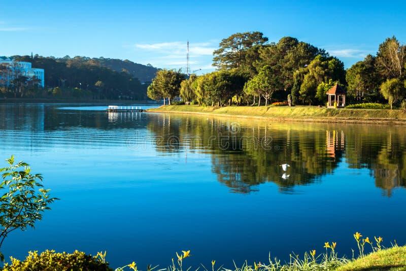 Scenisk sjö i morgonsolljuset royaltyfria foton