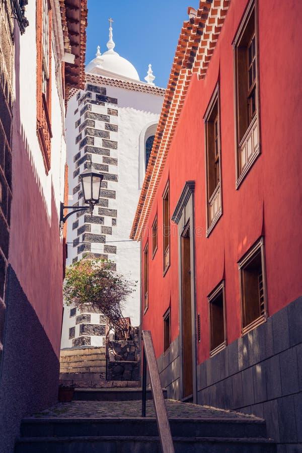 Scenisk smal gata i stad av Garachico, Tenerife, Spanien arkivfoto