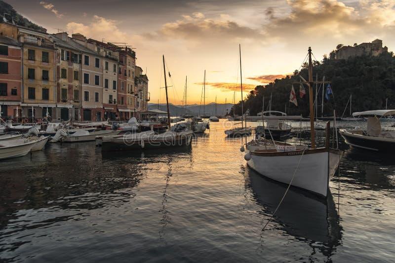 Scenisk solnedgång över hamnen Portofino royaltyfria bilder