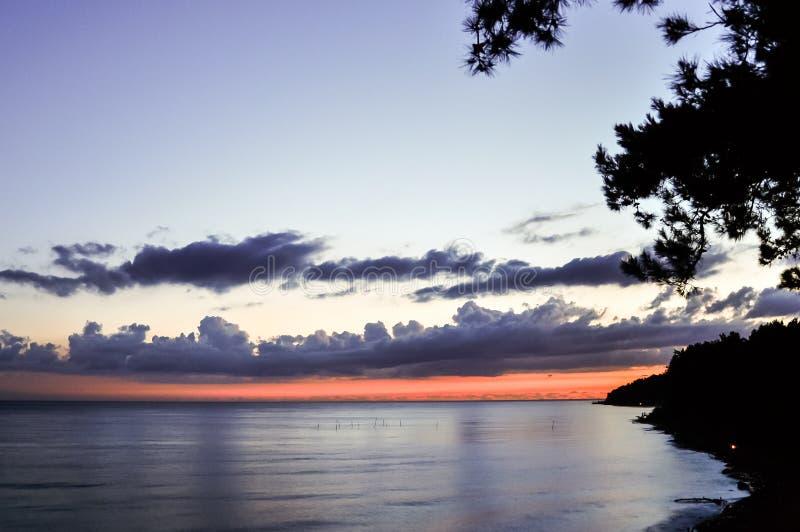Scenisk solnedgång över havstranden royaltyfria foton