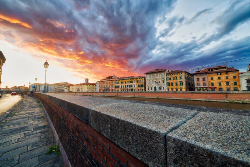 Scenisk solnedgång på floden i Pisa royaltyfria foton