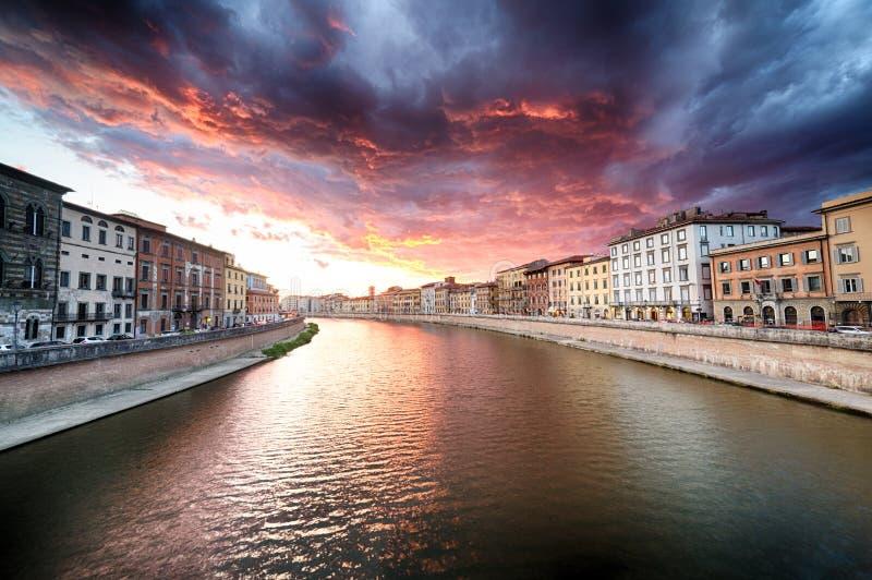 Scenisk solnedgång på floden i Pisa arkivbilder