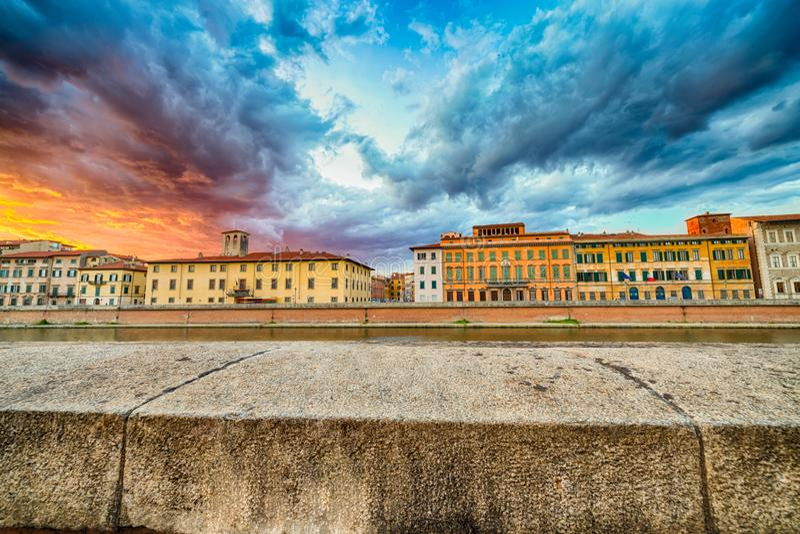 Scenisk solnedgång på floden i Pisa arkivfoto