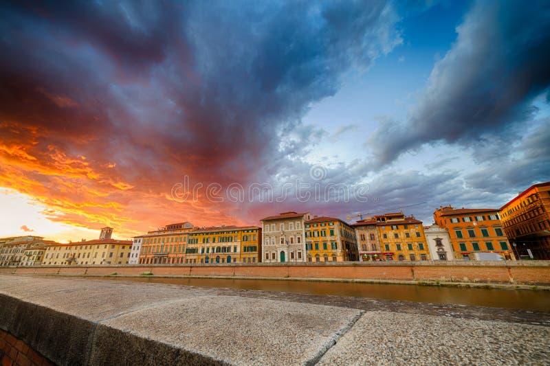 Scenisk solnedgång på floden i Pisa royaltyfri fotografi