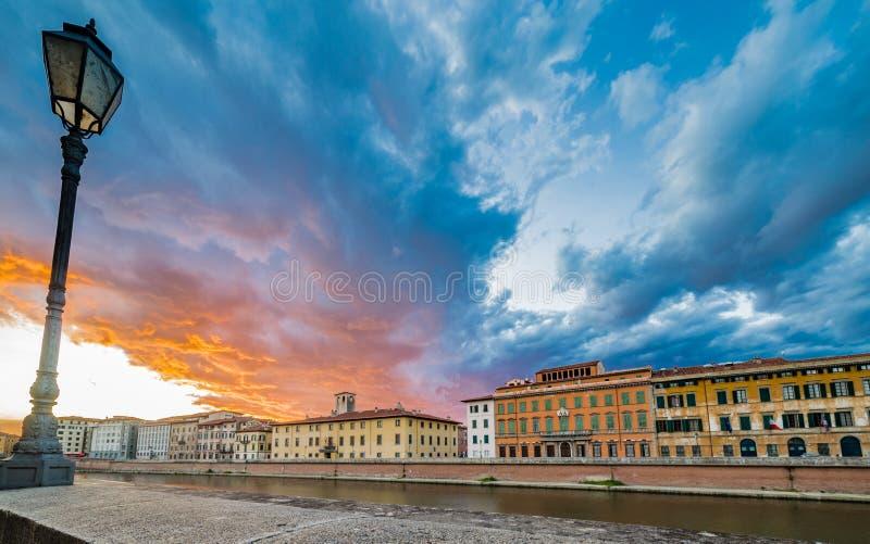 Scenisk solnedgång på floden i Pisa fotografering för bildbyråer