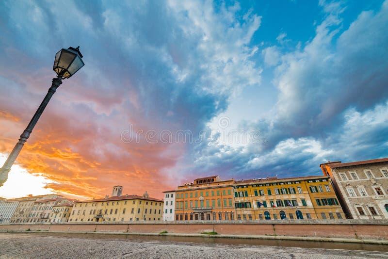 Scenisk solnedgång på floden i Pisa arkivbild