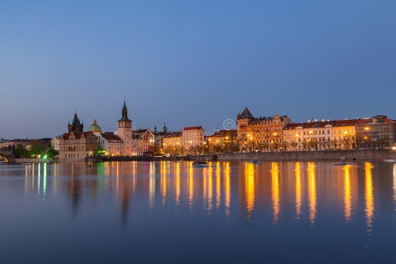 Scenisk sommaraftonsikt av den forntida arkitektur- och Vltava flodpir för gammal stad i Prague, Tjeckien arkivfoto
