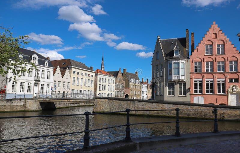 Scenisk stadssikt av den Bruges kanalen med h?rliga medeltida kul?ra hus, bron och reflexioner p? den soliga dagen royaltyfri bild