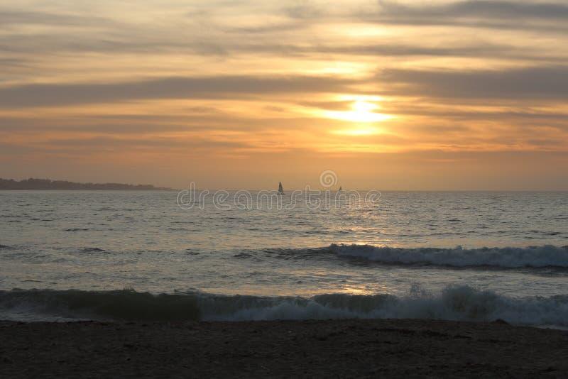 Scenisk syn på solnedgång från Sand City-stranden i Monterey County, Kalifornien, Förenta staterna arkivbild