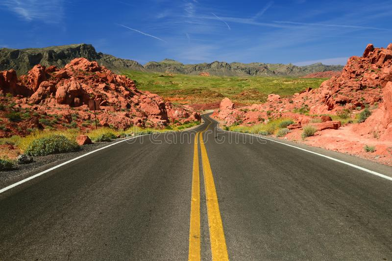 Scenisk väg i dalen av branddelstatsparken i Nevada USA arkivfoto