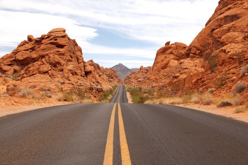 Scenisk väg i dalen av branddelstatsparken, Nevada, USA arkivfoton