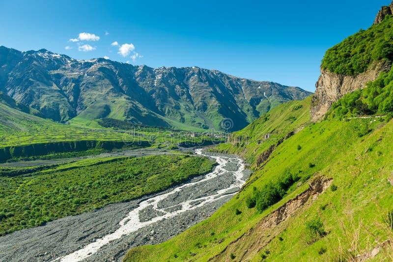 Scenisk v?rsikt av de Kaukasus bergen royaltyfri foto