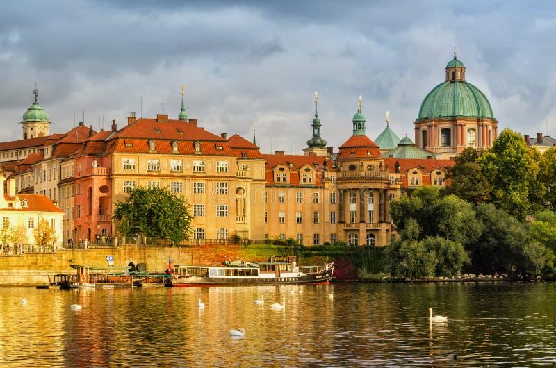 Scenisk v?rsikt av den gamla stadpirarkitekturen och Charles Bridge ?ver den Vltava floden i Prague, Tjeckien arkivfoton