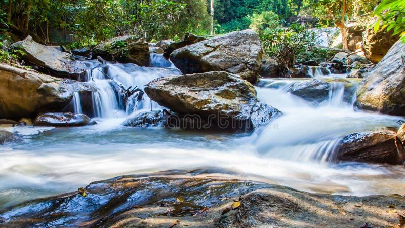 Scenisk vattenfall som flödar på stenen, norr Thailand royaltyfri bild