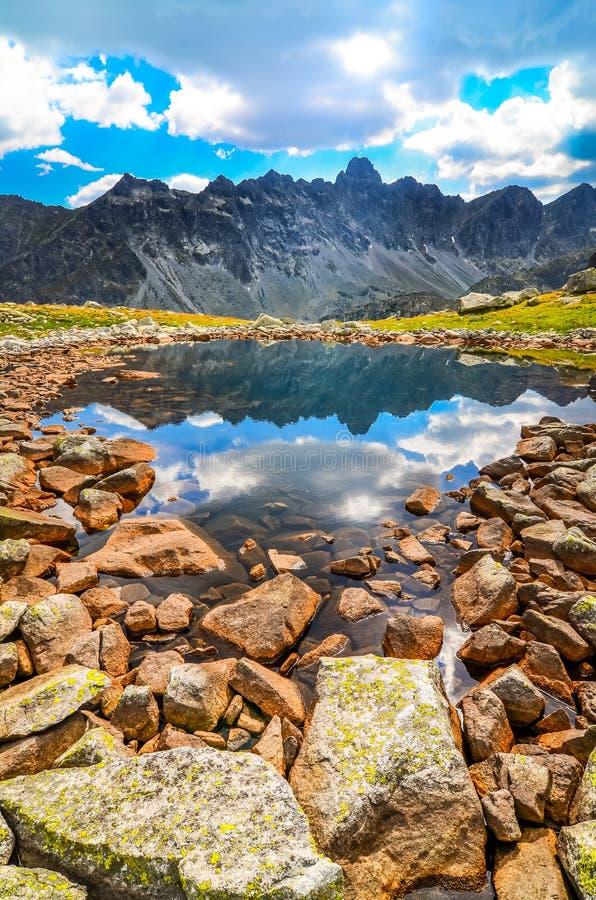 Scenisk vertikal sikt av en bergsjö i höga Tatras, Slovakien royaltyfri fotografi
