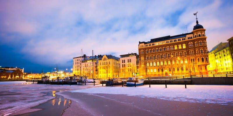 Scenisk vintersikt den djupfrysta gamla porten i det Katajanokka området i Helsingfors, Finland arkivbild