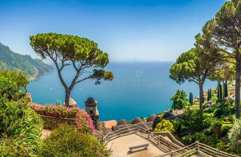 Scenisk vykorts- sikt av den berömda Amalfi kusten med golfen av royaltyfri foto