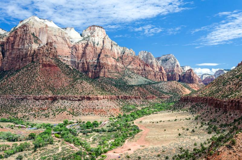 Sceniska berg och dal i Zion Canyon National Park royaltyfri fotografi